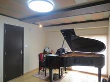 娘さんのピアノも入りました。 お父様のお気に入りのお部屋が娘さんのお気に入りのピアノ室になれば・・・と思います。