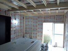 防音室側の柱を立てて、防音室の二重構造をつくっていきます。