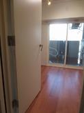 二重サッシの掃出し窓で明るいお部屋です。 無垢フロアーのサクラを使用しています。
