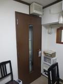 収納にも入り口と同じドアがついています。 撤去し楽譜棚を設ける計画です。