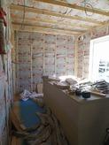 防音室側の柱をたてて断熱材をつめています。 防音室の特徴である2重構造をつくっていきます。