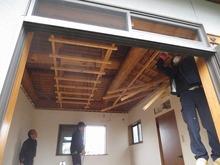 天井の解体作業です。
