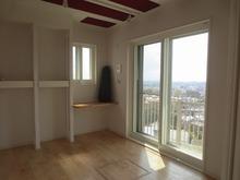 三面に窓があるので、とても明るいお部屋に仕上がりました。 YAMAHA C3xがはいる予定です。