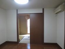 改修前のお部屋です。 和室への出入口は樹脂サッシの掃出し窓をとりつける計画です。