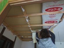 既存の天井を解体します。