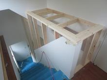 階段横の吹き抜けは新しく壁を造作しました。