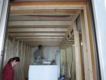 遮音壁、天井の下地組みの様子です。 断熱材を詰めて、ボードを張っていきます。