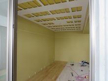ボード張りが終わり、床材を張っています。天井は吸音天井に仕上げます。長時間の練習でも疲れにくく、お客様の好みの音響空間を計画しています。