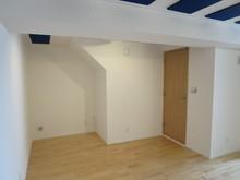 クロス工事が終わり、完工です。 壁紙を張るとお部屋も明るい印象になり、広く見えますね。
