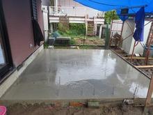 基礎造りです。 お天気が悪い日が続いているのでコンクリートがなかな乾きません。