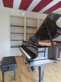 吸音パネルのエンジ色がお部屋によく映えています。とても素敵な空間に仕上がりました。