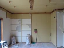 解体工事から作業開始です。既設の天井、押し入れなども取り壊しお部屋を広く使います。