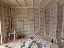 浮き壁・浮き天井の下地組みが終わり、断熱材を入れていきます。