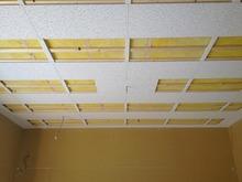 天井には当社オリジナルの吸音パネルをとりつけ吸音天井に仕上げます。
