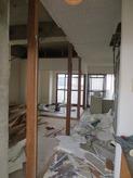 解体作業開始しました。既存の建具を取り外し間仕切りや床・天井を取り壊します。