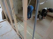 防音室となるお部屋の床を浮き床にして遮音補強しています。