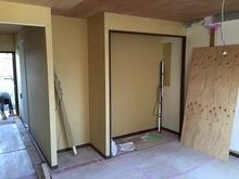 防音室がほぼ完成したのでお部屋の間仕切りをつくっています。リビングには大きめの収納を設けます。