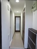 玄関からの様子です。 左手側の白いドアが防音室の入り口です。