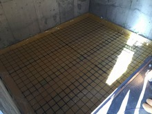 当社の施工で浮き床コンクリートをつくっています。