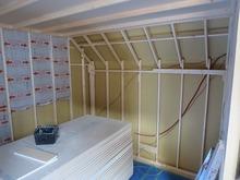 躯体の補強が終了して、防音室側の柱をたてています。躯体に触れないように一回り小さいお部屋を中に作ります。