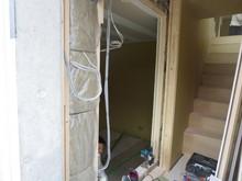 出入口には防音ドアを2重でとりつけます。 スタジオ横にはLDKに続く階段を設けてあります。