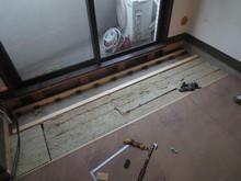 床も既存のフローリングをはがして、浮き床をつくっていきます。