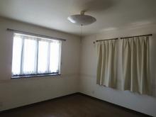 改修前のお部屋です。 カーテンのついている2つの腰窓は埋めて壁にします。