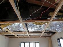 解体工事始まりました。今回は軽量鉄骨の住宅です。タンパックルの影響で天井高の確保が難しい状況が判明しました。
