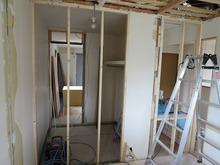 解体後、新しい柱をたてて新規の間仕切りをつくります。