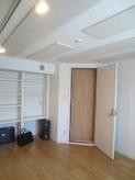 完成しました。天井は吸音天井仕上げです。 響き過ぎず、響かなすぎずのお好みの音響になったとお客様にもご好評をいただきました。