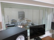 スタジオとコントロールルームの間に設けた3重のFIX窓です。 たくさんの方に音楽を楽しんでいただければと思います。