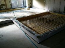浮き床コンクリートの下地をつくっています。