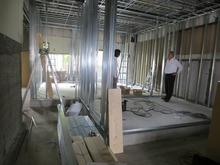 浮き床コンクリート打ちが終わりました。第1壁・天井の下地組開始です。