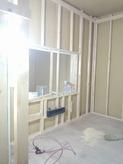 第1遮音壁・天井のボード張りが終わり、浮き床の上に防音室の壁・天井をつくっていきます。