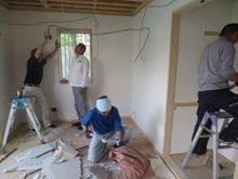 解体作業開始です。既設の押し入れの中段と枕棚は、反対側から使えるように再設置します。