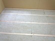 解体後にまず床から遮音補強です。 浮き床をつくっています。