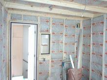 躯体の遮音補強後に防音室側の天井と壁をつくり、防音室の特徴である2重構造に仕上げていきます。