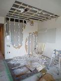 解体作業開始です。 リビングと納戸の間の間仕切りを解体します。
