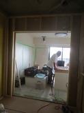 リビング側には樹脂サッシの掃出し窓がはいります。