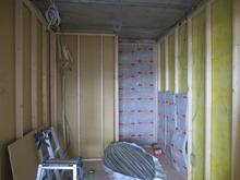 防音室側の壁をつくっています。