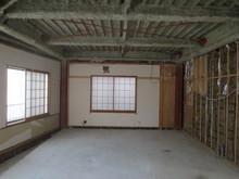 解体後の様子です。正面の腰窓は壁にして、隣家への遮音性能を上げます。
