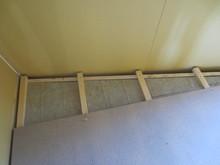 防音室の特徴である浮き床をつくっています。この床の上に遮音壁・天井の下地を組みます。