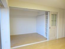 ドアを収納するとリビングと連動した広い空間になります。