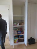 ドア横の既設の収納は洋室側の収納棚に作り直します。棚板は加工して再利用します。
