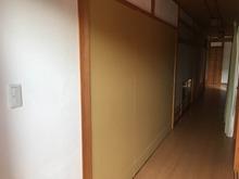 廊下に面した開口部は壁にして、隣のお部屋からの出入り口を活かしました。