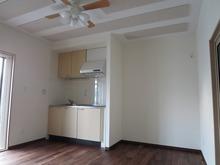 キッチンも再設置完了です。 外壁に面した掃出し窓からは、陽の光が入ります。