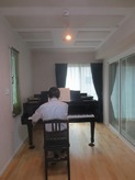 とても明るい印象のお部屋です。音の響き具合も気に入って頂けました。