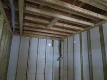 ハウスメーカーさんが壁・天井のボード1枚を張った後、こちらの木工事が始まります。