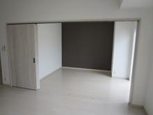 101号室 3連引き戸を開けると開放感のある20畳のLDKに早変わりします。