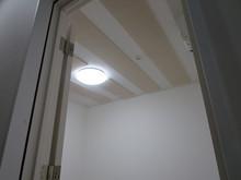 101号室 防音室の天井も吸音天井使用になっていますので 長時間練習しても疲れないお部屋になっています。